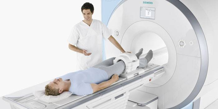 Мужчине делают МРТ коленного сустава