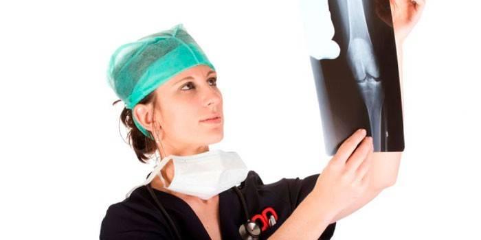 Девушка-врач смотрит на снимок