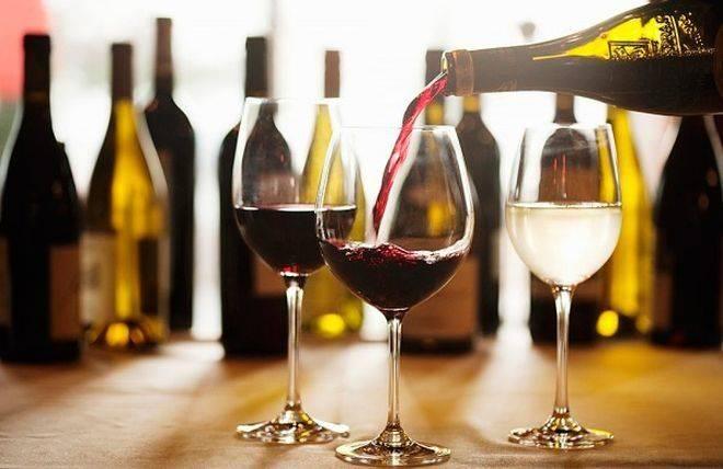 Вино разливают в бокалы