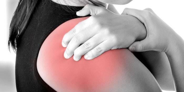 У девушки боль в плечевом суставе