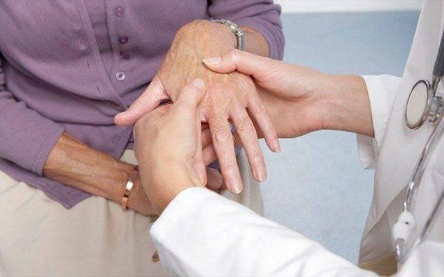 Осмотр руки пациента