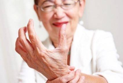 Артрит пальцев рук у женщины