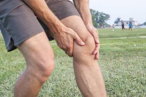 скованность в коленях