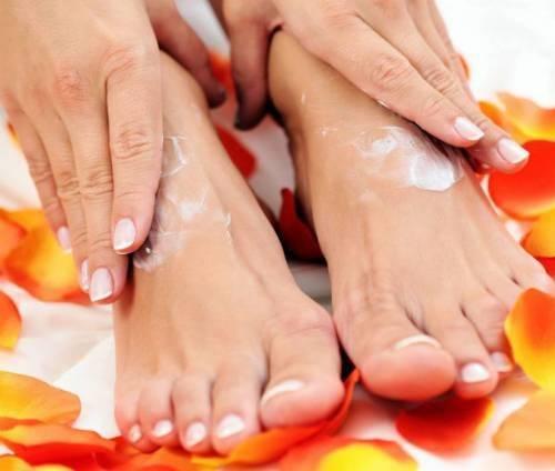 Втирание крема в кожу ног